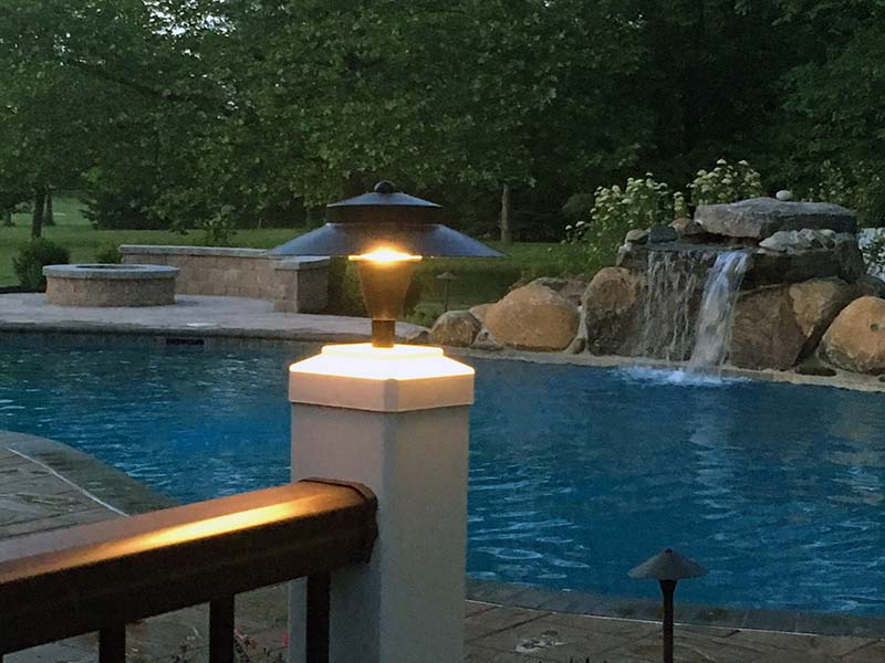 deck-and-fence-led-light-on-4in-vinyl-post